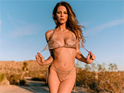 Babe stripping and shimmering in the middle of the desert