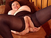Big tits plumper Vida Sadora in crotchless pantyhose toying her pussy
