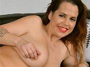 Bigboobs milf Lauren James poses nude on a sofa