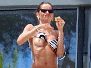 Izabel Goulart flashes her nude tits while chamging in Saint-Tropez, France